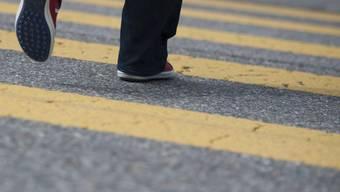 Beim Überqueren des Fussgängerstreifens wurde der Rentern angefahren.