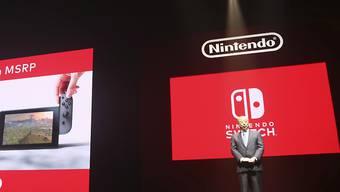 Nintendo-Präsident Tatsumi Kimishima präsentiert in Tokio die neue Spielkonsole Switch.