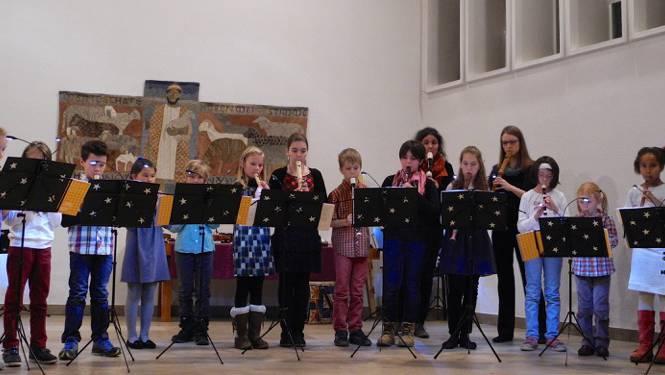 Foto: Pascal Ernst Eine SchülerInnengruppe und ihre Lehrpersonen spielen adventliche Musik in der Kirche Aarau Rohr