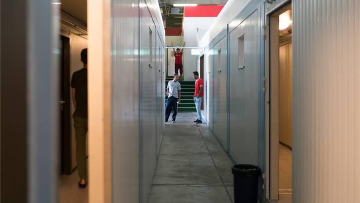 Im «Container-Dörfli» im ehemaligen A3-Werkhof leben rund 160 Asylsuchende. Bislang gab es mit der Asylunterkunft keine grösseren Probleme. Mario Heller