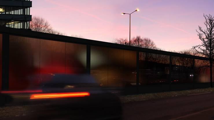 Eine 850 Meter lange Lärmschutzwand entlang der A1 und 890 Schallschutzfenster sollen den Lärm verringern. (Archiv)