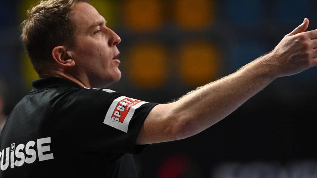 Der Schweizer Trainer Michael Suter gibt Anweisungen.