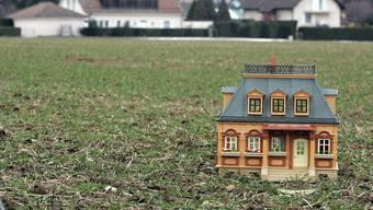 Sowohl Bürger- als auch Einwohnergemeinde besitzen einiges an Land in Rüttenen. (Archiv)