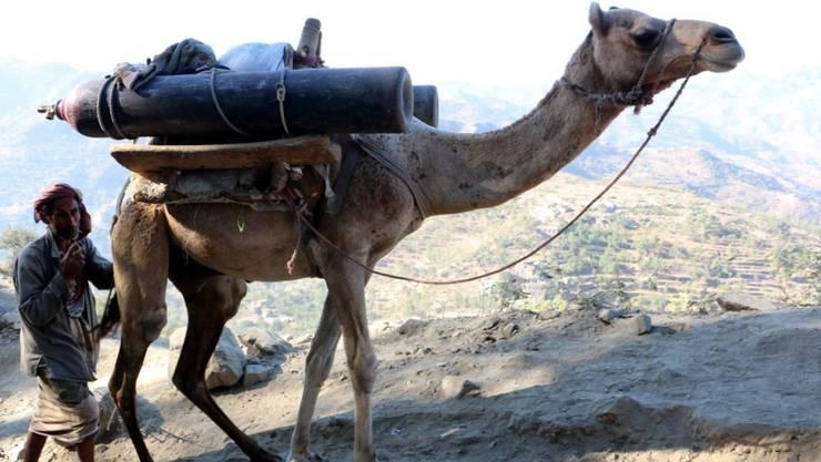 Transport von Sauerstoffflaschen über die Berge nach Taez