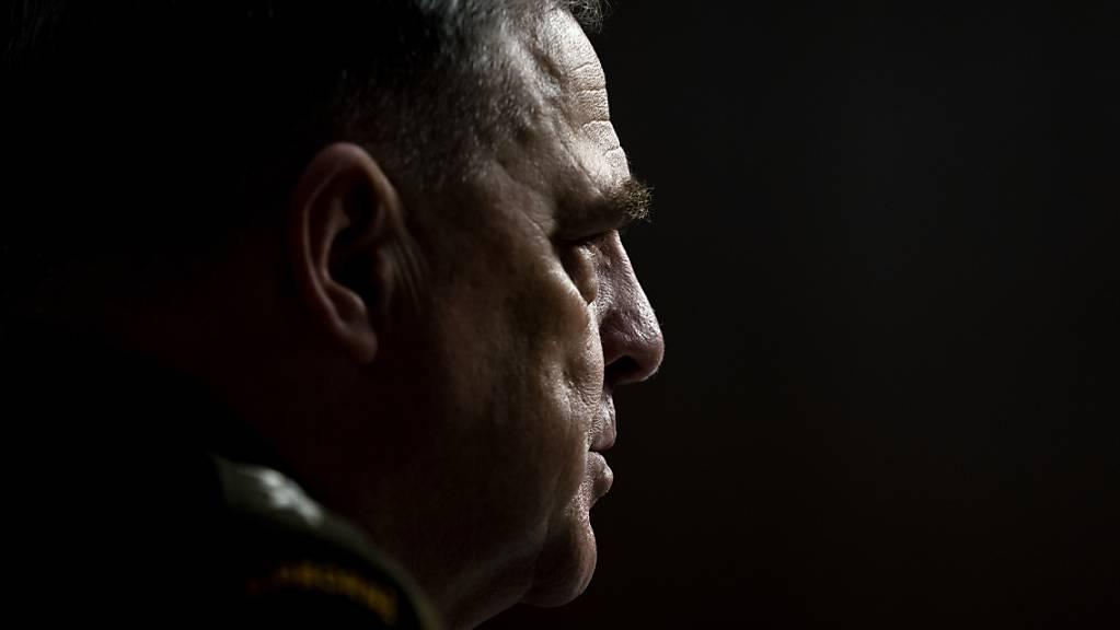dpatopbilder - Mark Milley, Generalstabschef der USA, nimmt an einer Anhörung des Senatsausschusses für Streitkräfte über den Truppenabzug aus Afghanistan teil. Bei der Anhörung am Dienstag haben oberste US-Militärs Angaben von Präsident Joe Biden zum Truppenabzug aus Afghanistan widersprochen. Foto: Stefani Reynolds/Pool The New York Times/AP/dpa