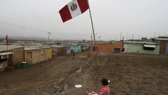 Ein Mädchen in einer Vorstadt der peruanischen Hauptstadt Lima: Rund 175 Millionen Menschen leben in Lateinamerika in Armut. (Symbolbild)