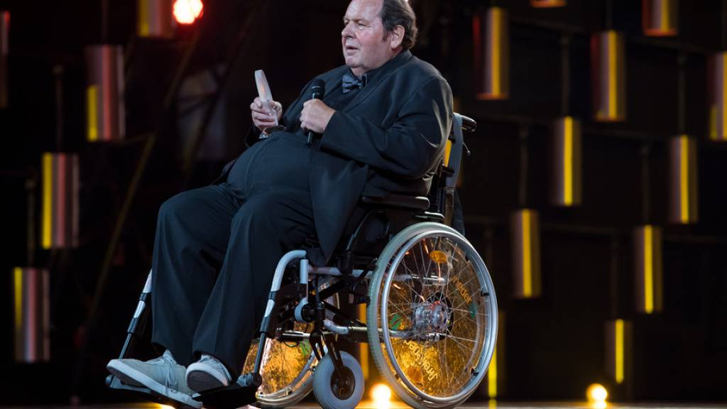 Einst hat er im Fernsehen als Pfarrer Braun ermittelt, jetzt kommt Ottfried Fischer als Pfarrer im Rollstuhl auf die Kinoleinwand. (Archivbild)