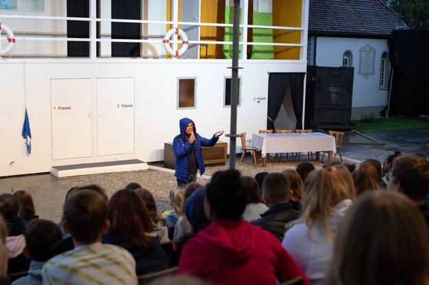 Autor und Regisseur Christoph Schwager erklärt den Zuschauern das Bühnenbild und gibt Hintergrundinformationen zum Stück.
