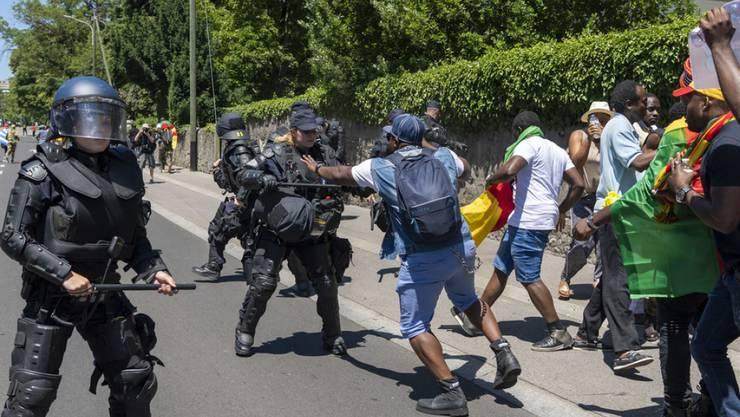 Vor einer Woche demonstrierten rund 250 Personen in Genf gegen den kamerunischen Präsidenten Paul Biya. Dabei kam es zu Scharmützeln zwischen Gegnern und Befürwortern des Staatsoberhaupts des westafrikanischen Landes. Die Sicherheitskräfte setzten Wasserwerfer und Tränengas ein.