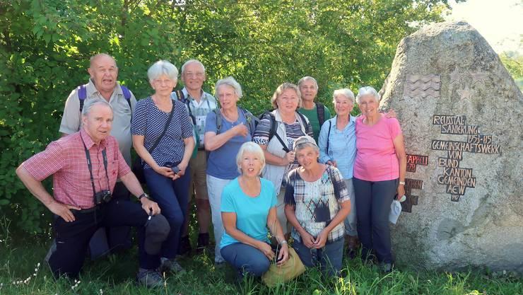 Natürlich durfte die Gruppenphoto vor dem Findling, welcher an die Reusstalsanierung (1953 - 1985) erinnert, nicht fehlen