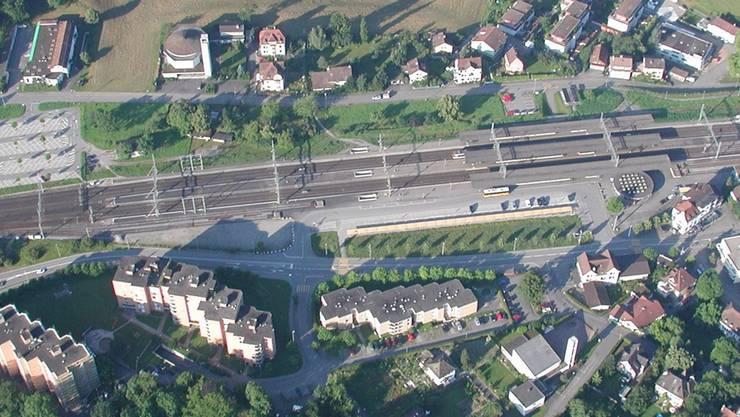 Auf der Wiese hinter den Gleisen könnten in Zukunft hohe Gebäude stehen. ZVG