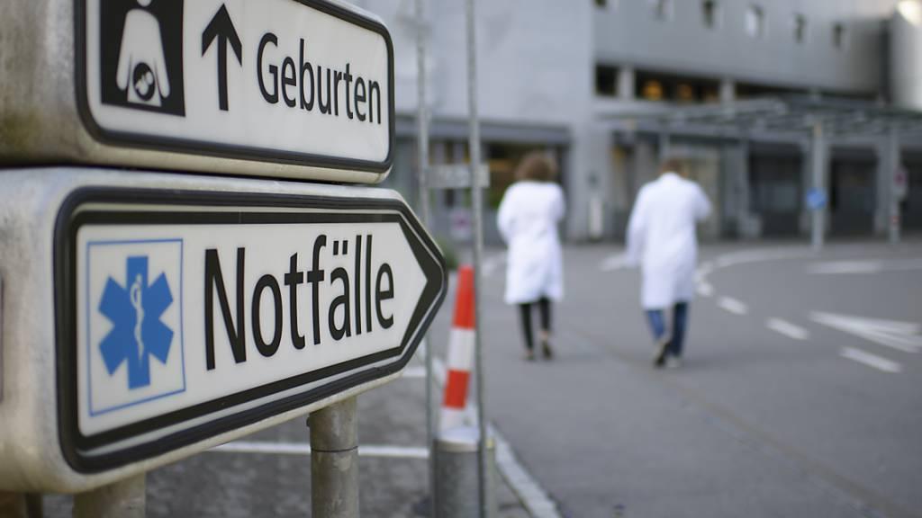 Der Nationalrat will eine Gebühr von 50 Franken für die Notaufnahme in Spitälern einführen. Das soll Patientinnen und Patienten davon abhalten, mit Bagatellen den Notfall aufzusuchen. (Themenbild)