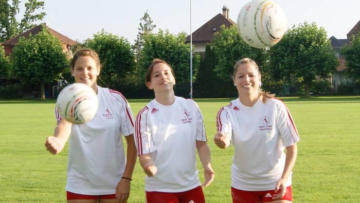 Sara Gerber, Sabrina Siegenthaler und Andrea Gerber (v.l.) auf dem Trainingsplatz in Oberentfelden.