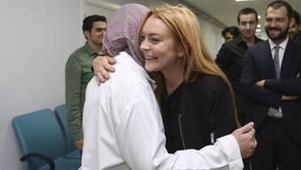 Lindsay Lohan (M) besuchte letzte Woche syrische Flüchtlinge im Quartier Sultanbeyli in Istanbul. Bei einem anschliessenden Bootstrip verlor sie eine Fingerkuppe, die ist inzwischen aber wieder angenäht. (Archivbild 26.9.)