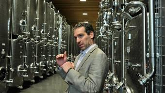 Weinkellereien-Betriebsleiter Ignaz Baumann in der neuen «Tankfarm».