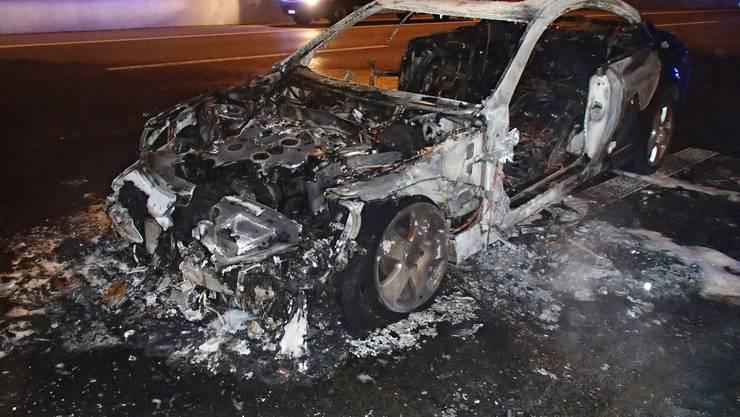 Der Mercedes des Kosovaren brannte komplett aus.