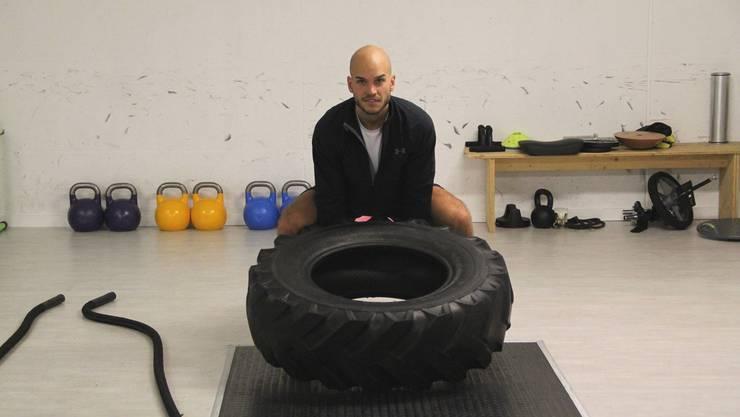 Adrian Kraft gibt in seinem Underground-Fitnessstudio einen Einblick in sein unkonventionelles Training.