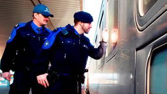 Ein verurteilter 26-jähriger Kosovare wird im Intercity verhaftet. (Symbolbild)