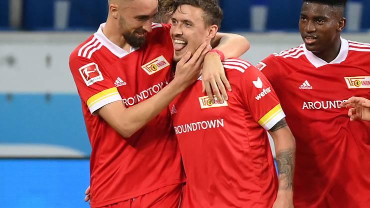 Von den Mitspielern geherzt: Union Berlins Max Kruse (m.) vergab am Sonntagabend zwar einen Bundesliga-Rekord, war aber trotzdem der Matchwinner
