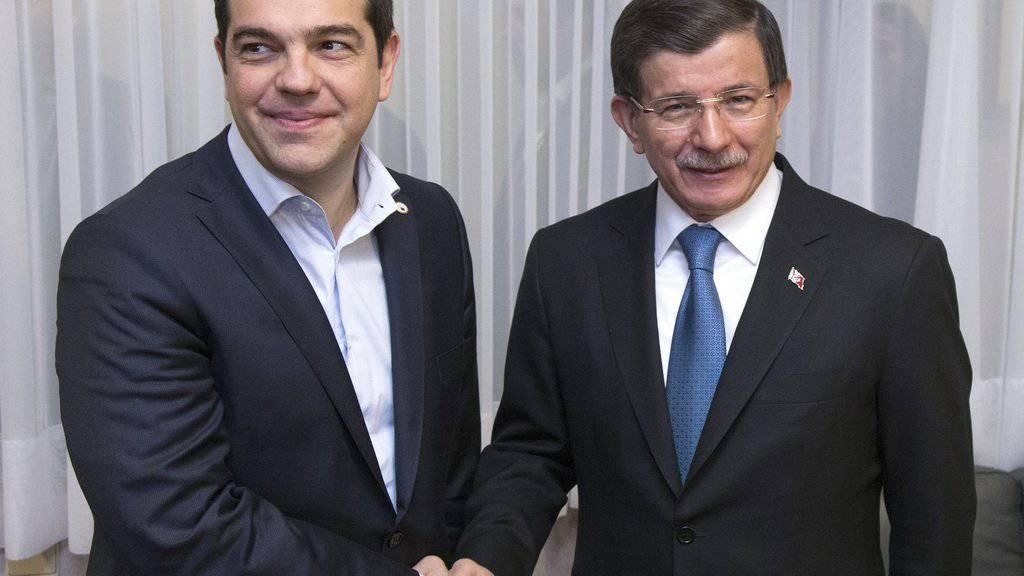 Der türkische Regierungschef Davutoglu (Rechts) und sein griechischer Kollege, Tspiras, treffen zum EU-Türkei-Gipfel in Brüssel ein.