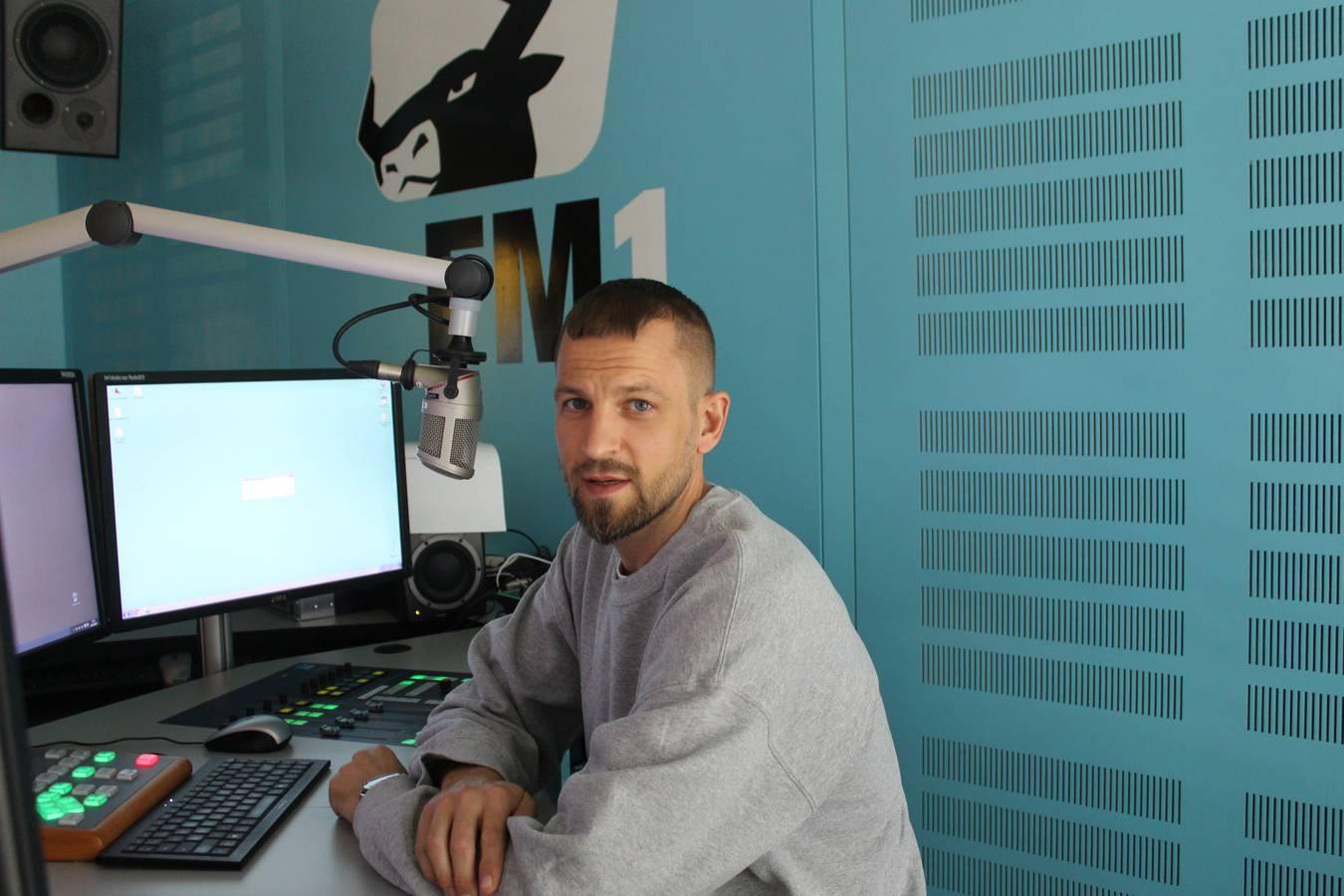 Rapper Stress stellt im Radio FM1 sein neues Album vor. (© FM1Today/Lisa Pillinger)