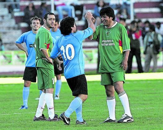 Gute Zeiten: Während eines Fussball-Benefizspiels begrüsst Evo Morales den einstigen Argentinien-Star Diego Maradona.