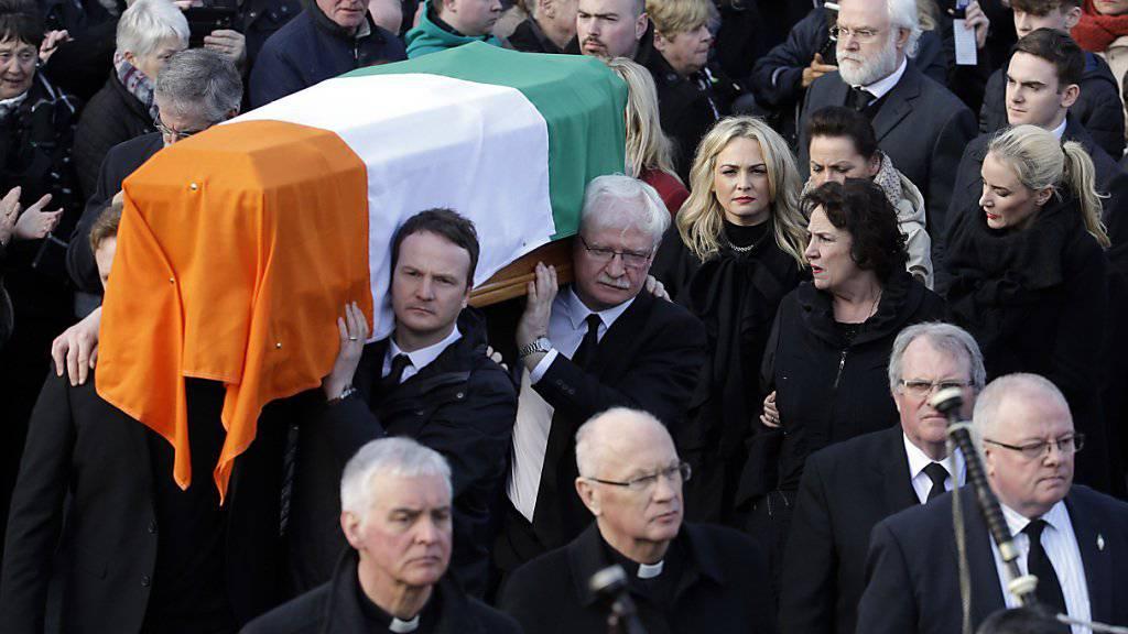 Tausende begleiten den Sarg von Sinn-Fein-Politiker McGuinness im nordirischen Derry.