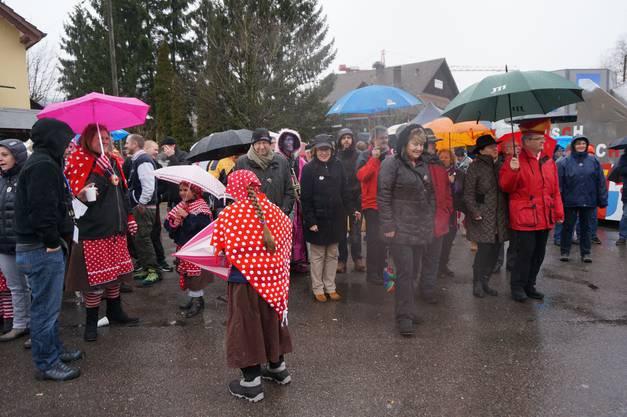 Trotz Schneeregen sind viele Urdorfer zur Bekanntgabe des neuen Schirmherren der Fastnacht 2015 Urdorfs gekommen