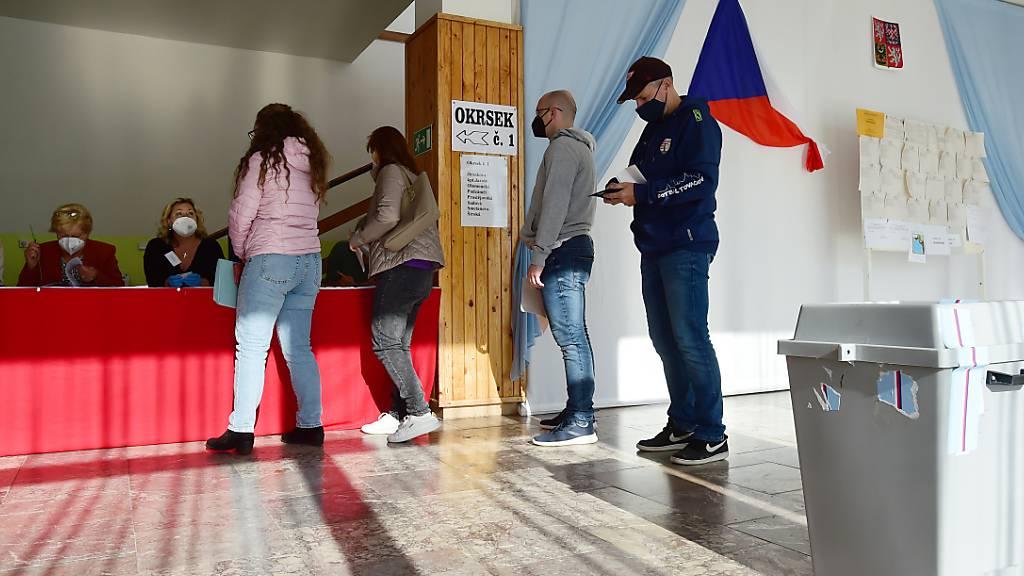 In Tschechien ist die zweitägige Parlamentswahl fortgesetzt worden. Einem Zwischenstand zufolge steuert der populistische Regierungschef Andrej Babis auf einen Sieg zu. Foto: Peøina Ludìk/CTK/dpa