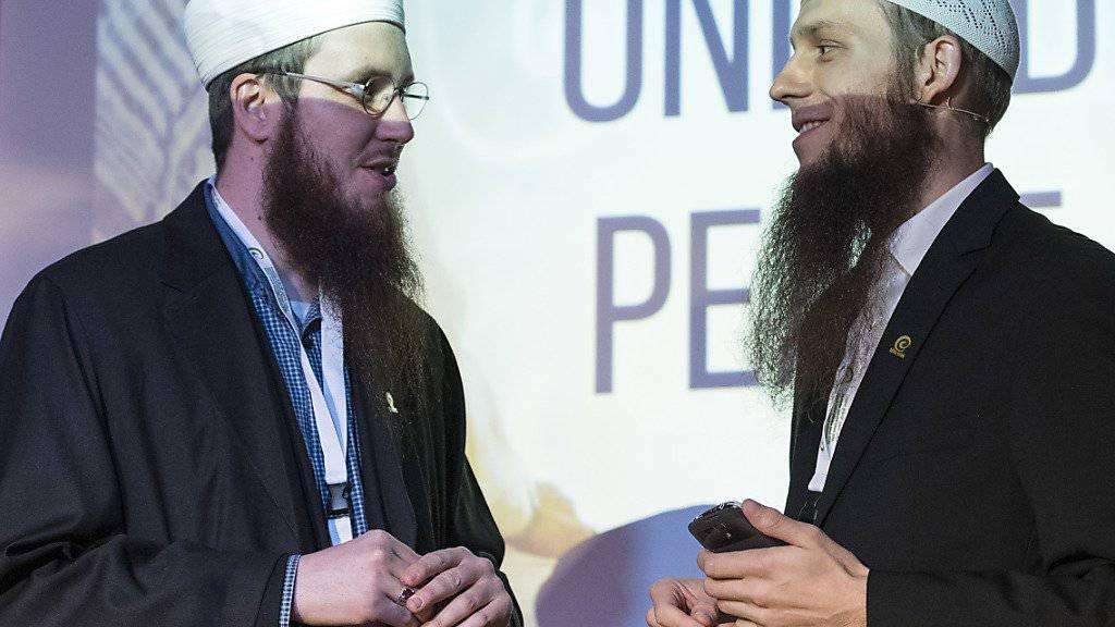 Die Köpfe des Islamischen Zentralrats Schweiz (IZRS), Präsident Nicolas Blancho (links) und Mediensprecher Qaasim Illi: Die Bundesanwaltschaft ermittelt nun auch gegen sie wegen der Verbreitung eines Propaganda-Videos. (Archivbild)