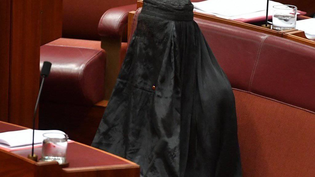 Pauline Hanson am Donnerstag vollverschleiert mit einer Burka im Parlament in Canberra.