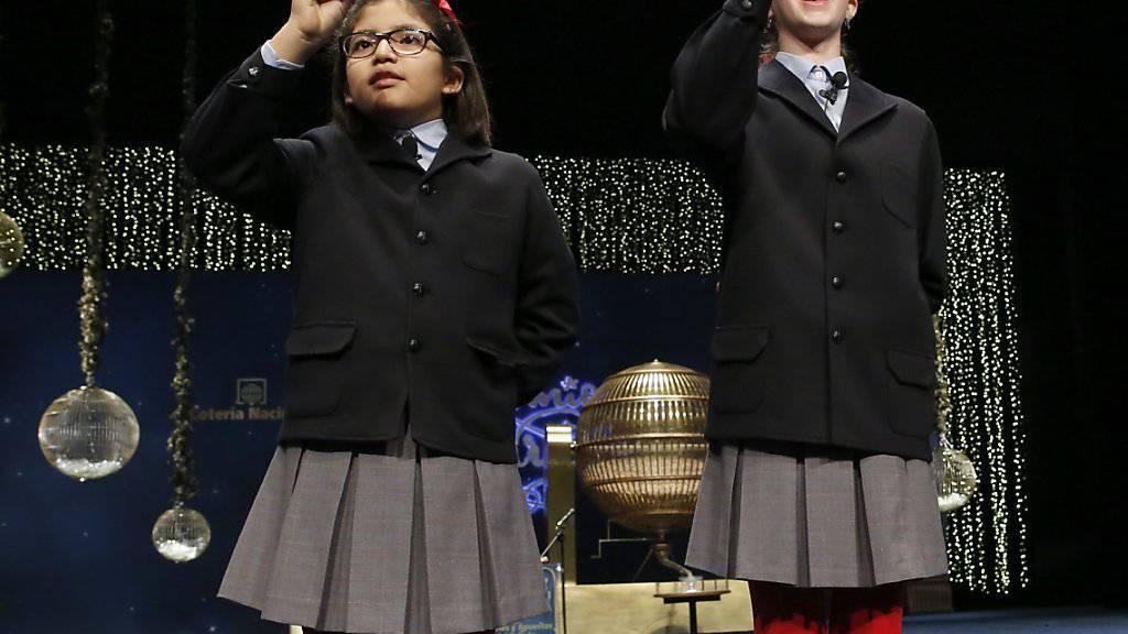 Zwei Schülerinnen singen die Nummer des Hauptgewinns an der traditionellen spanischen Weihnachtslotterie.