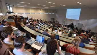 Vorlesung in der Uni Basel. Obwohl die Stadt mitten in Europa liegt, könnte sie der Definition für eine Europäsische Uni nicht genügen.
