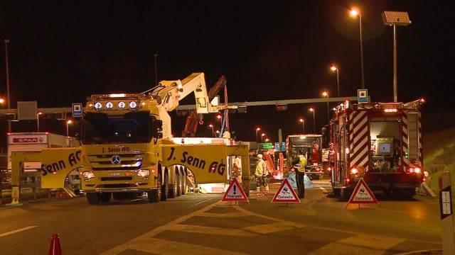 Umgekippter Laster blockiert A1