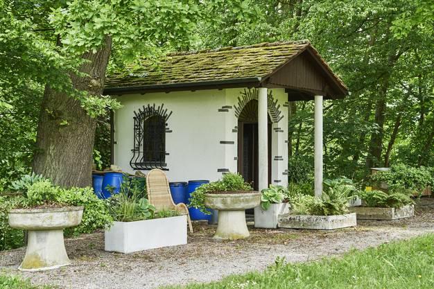 Die Brisgi-Kapelle mit Original-Waschtrögen aus der BBC-Barackensiedlung im Brisgi.