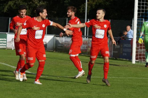«Schlag ein!» Joao Miguel Ferreira, Raphael Meyer, Milan Marjanovic und Doppeltorschütze Ensar Biqkaj freuen sich nach dem Führungstreffer zum 2:1.