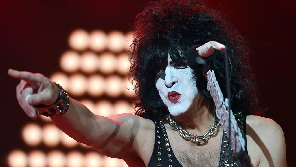 Paul Stanley, Gitarrist und Sänger der Hardrockband «Kiss», steht auf der Bühne der Westfalenhalle in Dortmund. Die Band Kiss hat wegen eines positiven Corona-Tests bei Frontman Stanley ein Konzert in den USA kurzfristig abgesagt. Die Band äußerte sich am Donnerstagabend (Ortszeit) dazu auf Twitter.