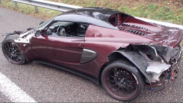 Sportwagen sorgt mit abgenutzten Reifen für Unfall