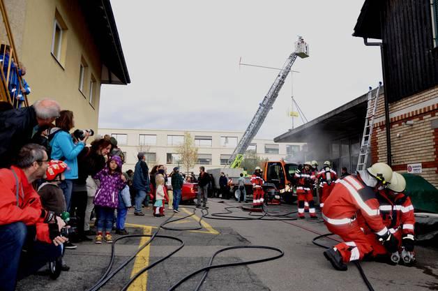 Rund 100 Schaulustige beobachteten die Einsatzübung der Feuerwehr Birmensdorf
