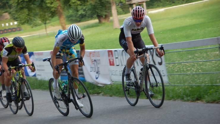 Auch bei den Junioren und Anfängern waren die Mountain-Biker in Brugg vorne. Jeannot Rey (ganz rechts) gewann zum zweitenmale. Hier gewinnt er einen Spurt gegen den Strassenfahrer Fabio Christen.