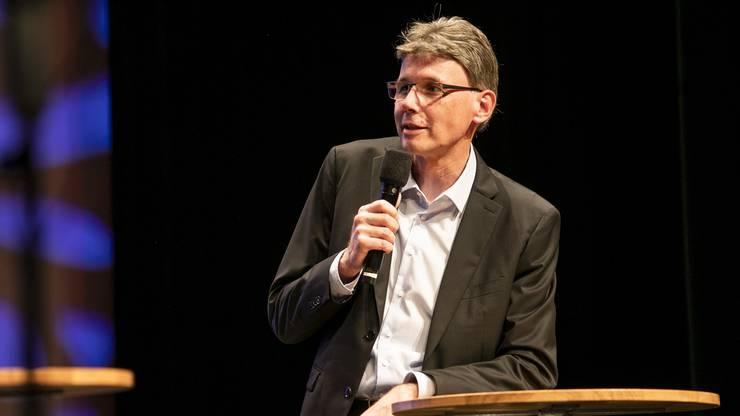 Dieter Egli (hier an einem Podium) ist nun Regierungsrat. (Archivbild)
