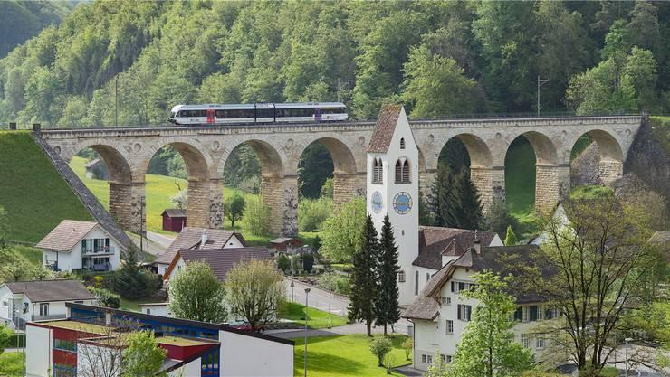 Ein Bild wie aus einer Modelleisenbahn-Anlage: eine Komposition der S9 auf dem Rümlinger Viadukt inmitten der prächtigen Frühlingslandschaft. Kenneth Nars