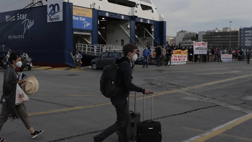 Griechische Seeleute haben am Mittwoch den Zugang zu den Fähren behindert - im Bild der Hafen von Piräus.