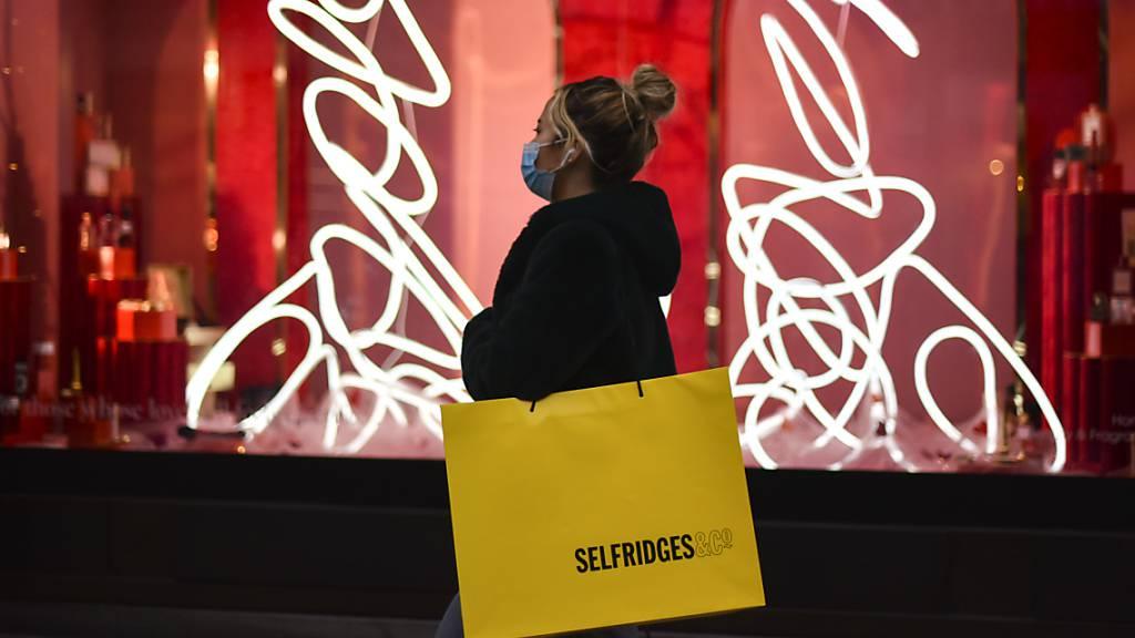 Die Stimmung der britischen Konsumenten steigt wieder: Eine Frau vor einem Geschäft in London (Bild vom 22. Dezember 2020).