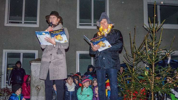 Juliana Venema und Stefan Schnyder lesen eine Geschichte vor. Irene Hung-König