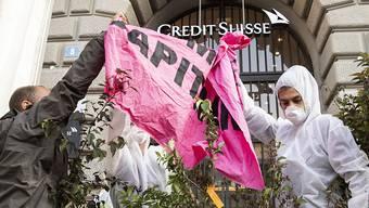 Eine Gruppe Klimaaktivisten der Organisation Collective Climate Justice blockiert den Eingang der Schweizer Bank Credit Suisse am Paradeplatz in Zürich. (Archiv)