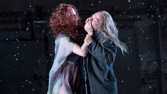 Gunhild (Birgit Minichmayr) hält dem abgewrackten Ehemann- Zombie (Martin Wuttke) den Mund zu.