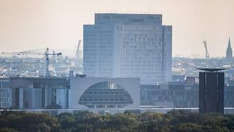 Das Bettenhochhaus der Berliner Charite ist am Morgen hinter dem Bundeskanzleramt zu sehen. In der Klinik wird der russische Oppositionelle Nawalny behandelt. Foto: Christoph Soeder/dpa