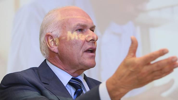 Swissmem-Präsident Hans Hess gehört zu den Gegnern der Energiestrategie. Aus seiner Sicht haben sich der Bundesrat und das Parlament um die Schlüsselfrage gedrückt. (Archivbild)