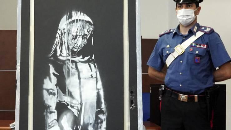 Die berühmte Tür wurde in einem Landhaus in der italienischen Region Abruzzen gefunden. Auf der Tür ist ein Frauenbild zu sehen, das vom britischen Streetart-Künstler Banksy stammen soll.